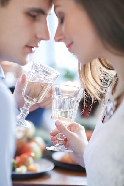 Paar champagne drinken Gratis Foto