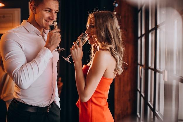 Paar champaigne drinken in een restaurant op valentijnsdag Gratis Foto