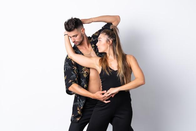 Paar dansen over wit Premium Foto
