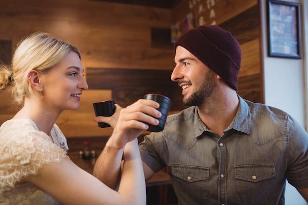 Paar dat belangendrank in restaurant heeft Gratis Foto
