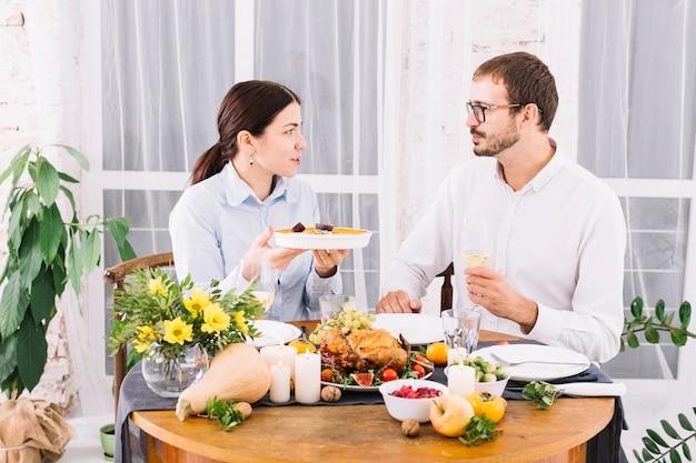 Paar dat bij feestelijke lijst spreekt Gratis Foto