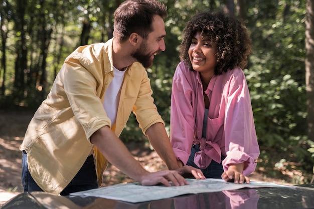 Paar dat buitenshuis een kaart raadpleegt Gratis Foto