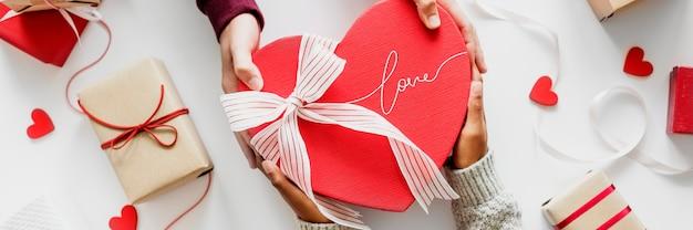 Paar dat een cadeau geeft op valentijnsdag Gratis Foto