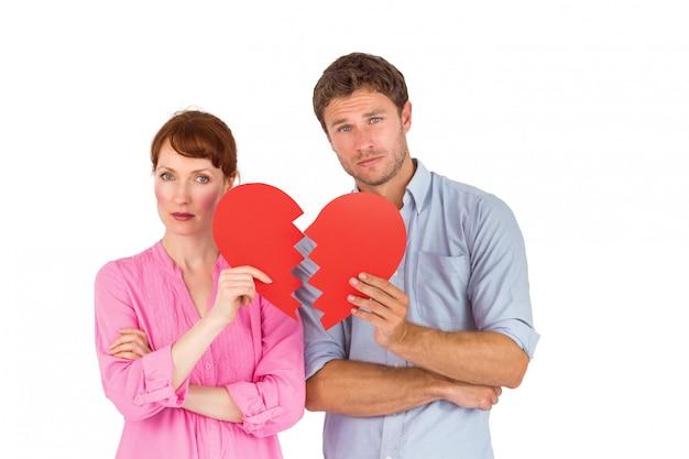 Paar dat een gebroken hart houdt Premium Foto