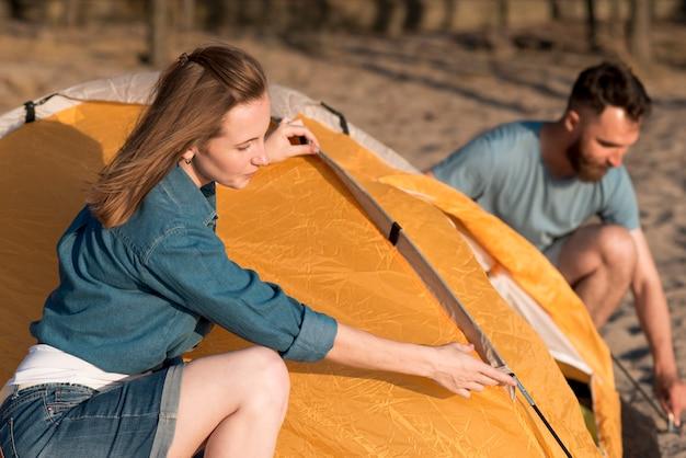 Paar dat een het kamperen tent demonteert Gratis Foto