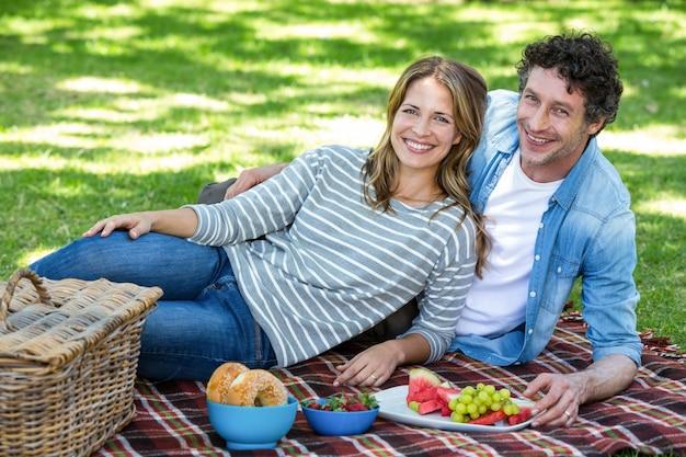 Paar dat een picknick heeft Premium Foto