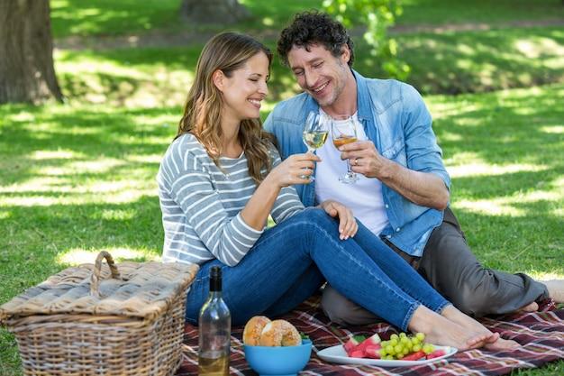 Paar dat een picknick met wijn heeft Premium Foto