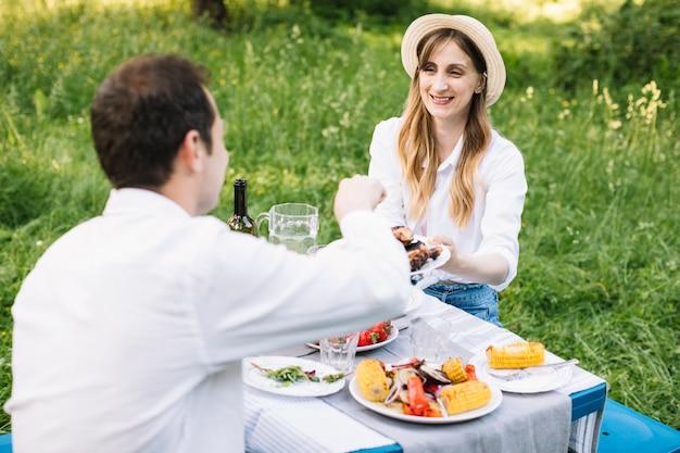 Paar dat een romantische picknick in aard doet Gratis Foto