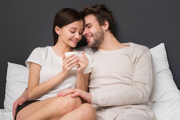 Paar dat een tederheidsmoment heeft Gratis Foto