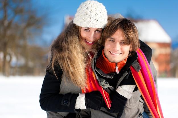 Paar dat een winterwandeling heeft Premium Foto