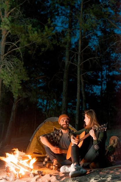 Paar dat elkaar bekijkt en zingt Gratis Foto