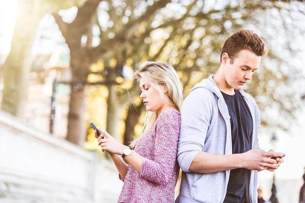 Paar dat elkaar negeert en slimme telefoon bekijkt Premium Foto
