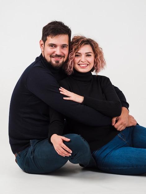Paar dat en voor valentijnskaartendag glimlacht stelt Gratis Foto