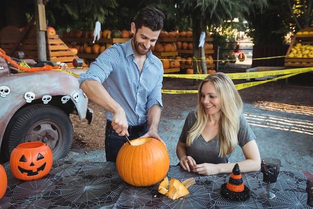 Paar dat halloween voorbereidt Gratis Foto