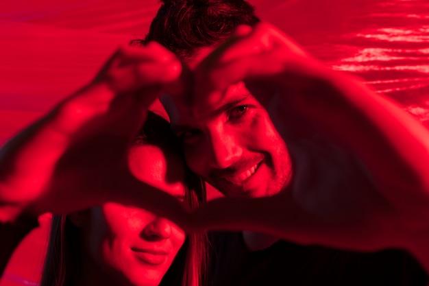 Paar dat hartvorm van handen maakt Gratis Foto