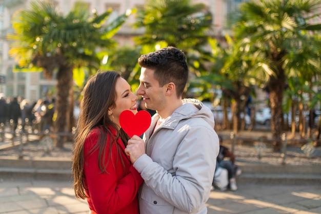 Paar dat hun kus behandelt met een hart Premium Foto
