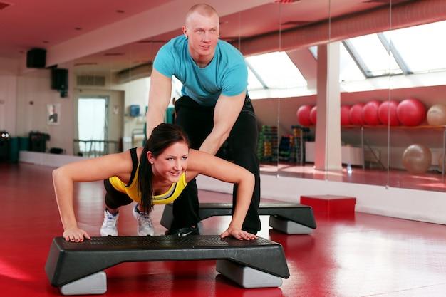 Paar dat in een geschiktheidsgymnastiek uitwerkt Gratis Foto
