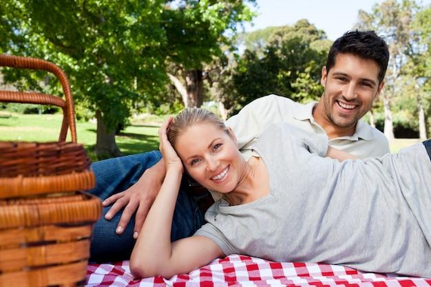 Paar dat in het park picknicking Premium Foto