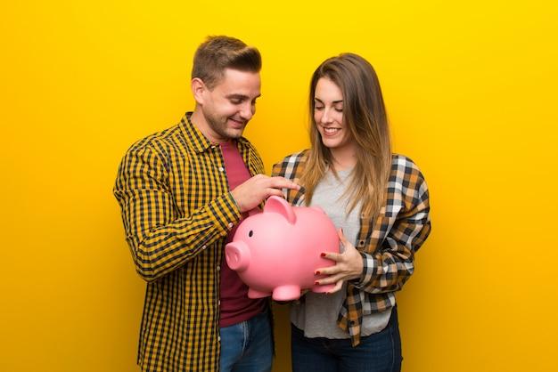Paar dat in valentijnskaartdag een spaarvarken neemt Premium Foto