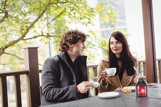 Paar dat koffie in restaurant heeft Gratis Foto