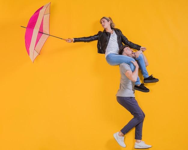Paar dat met een paraplu drijft Gratis Foto