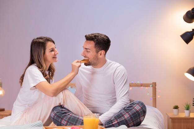 Paar dat ontbijt op bed heeft Gratis Foto