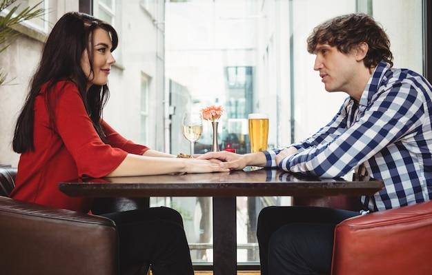Paar dat samen drankjes heeft Gratis Foto