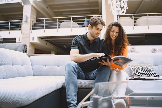 Paar dat stof in meubilairopslag kiest Gratis Foto