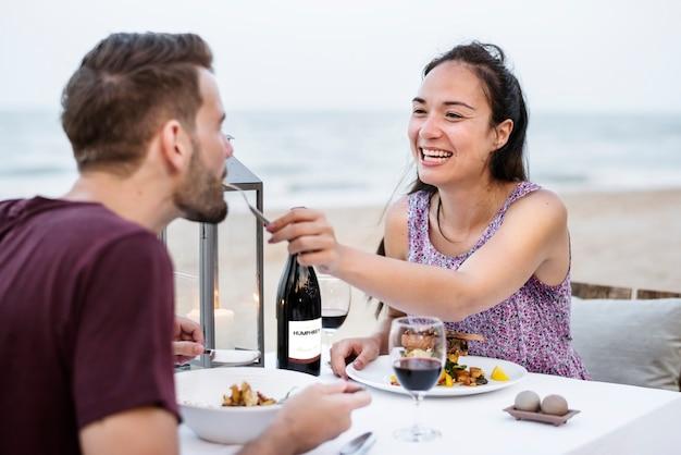 e3fe6297e5f Paar dat van een romantisch diner geniet bij het strand Foto ...