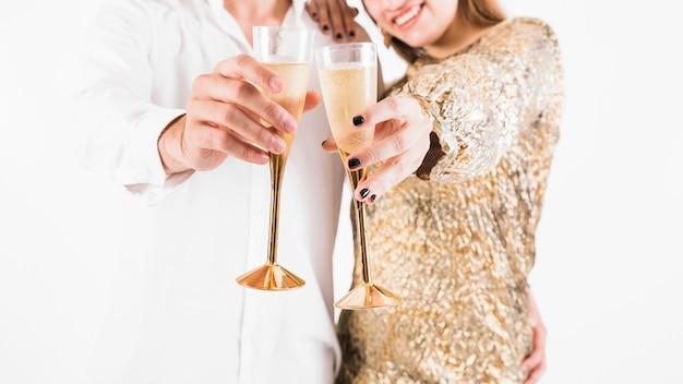 Paar dat volledige glazen champagne toont Gratis Foto