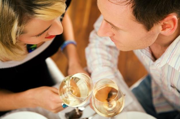 Paar dat wijn heeft Premium Foto