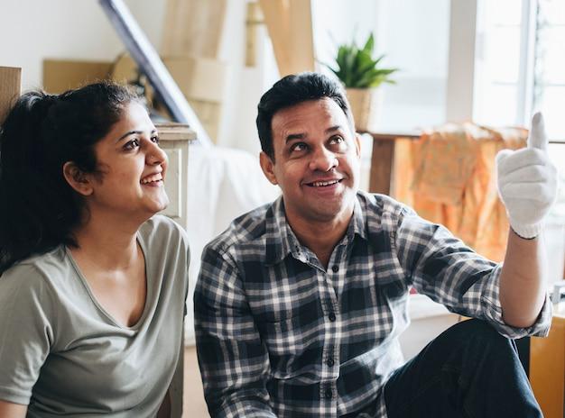 Paar dat zich in een nieuw huis beweegt Premium Foto