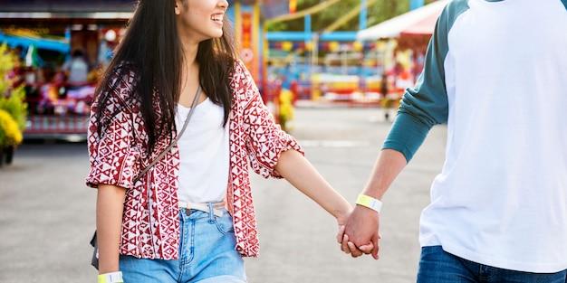 Paar dating pretpark funfair feestelijke speelse geluk concept Premium Foto