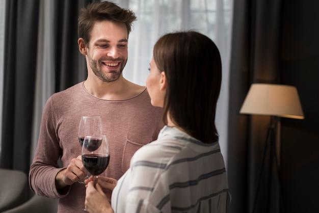 Paar drinken wijn thuis Gratis Foto