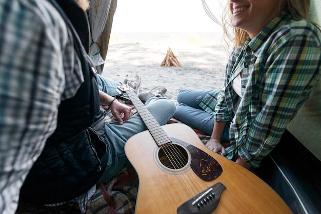 Paar en gitaar in tent Gratis Foto