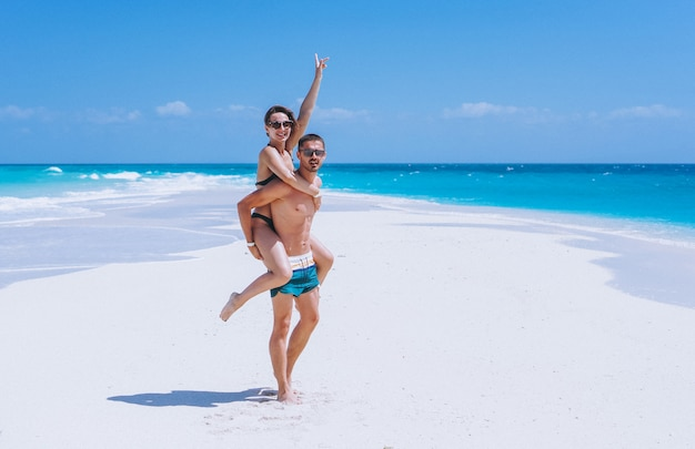 Paar gelukkig samen op een vakantie aan de oceaan Gratis Foto