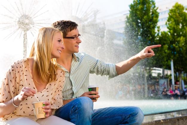 Paar genieten haalt koffie weg in een pauze Premium Foto