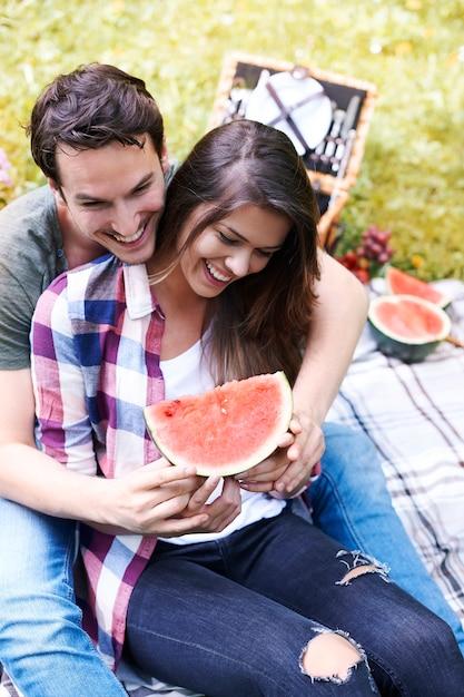 Paar genieten van een picknick in het park Gratis Foto