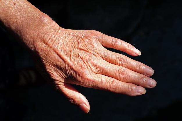 Paar gerimpelde handen van een oudere chinese vrouw Gratis Foto