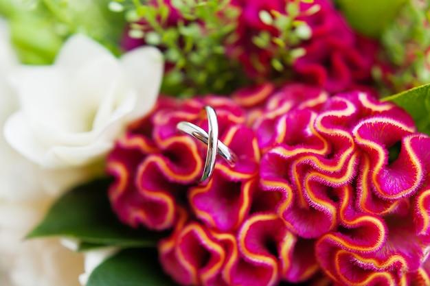 Paar gouden trouwringen in een bouquetl. het traditionele symbolische accessoire van de bruid. Premium Foto