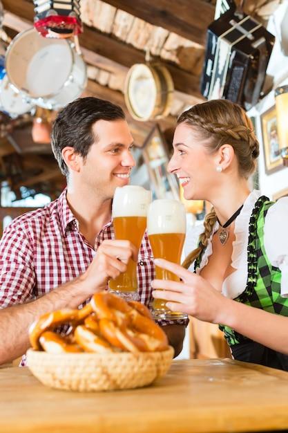 Paar het drinken tarwebier in beiers restaurant Premium Foto