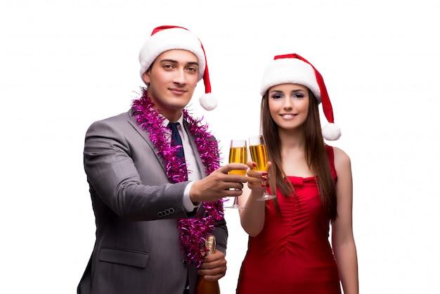 Paar het vieren kerstmis in het bureau dat op wit wordt geïsoleerd Premium Foto