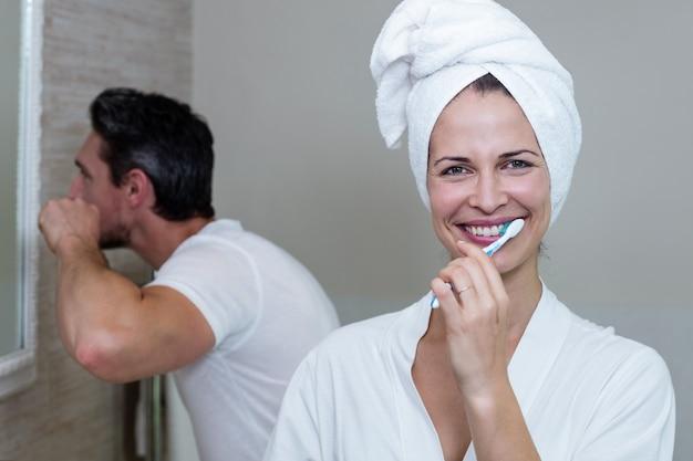 Paar hun tanden poetsen in de badkamer Premium Foto