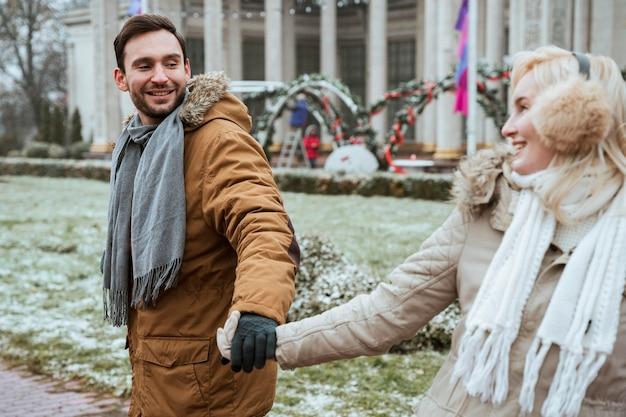 Paar in de winter hand in hand buitenshuis Gratis Foto