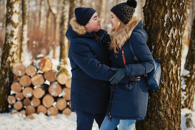Paar in een winter park Gratis Foto