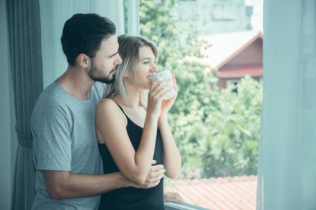 Paar in liefde hand in hand met koffie op ochtend. Premium Foto