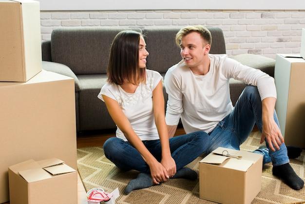 Paar kijken elkaar tijdens het inpakken Gratis Foto