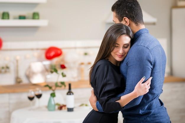 Paar knuffelen op valentijnsdag met kopie ruimte Gratis Foto