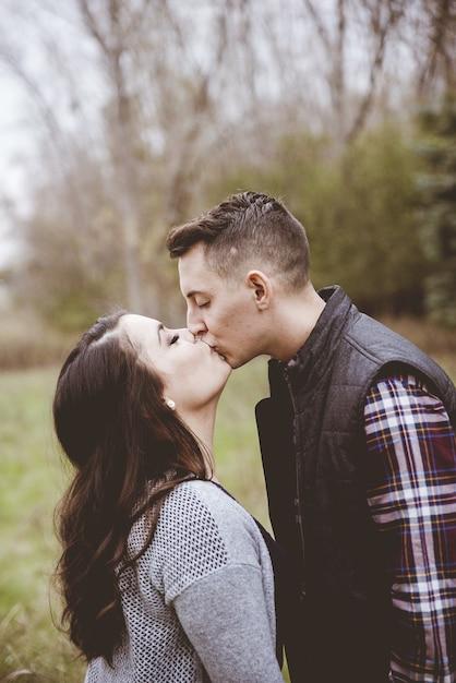 Paar kussen in een tuin omgeven door groen Gratis Foto