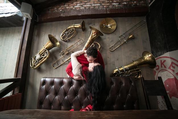 Paar kussen onder muziekinstrumenten Gratis Foto